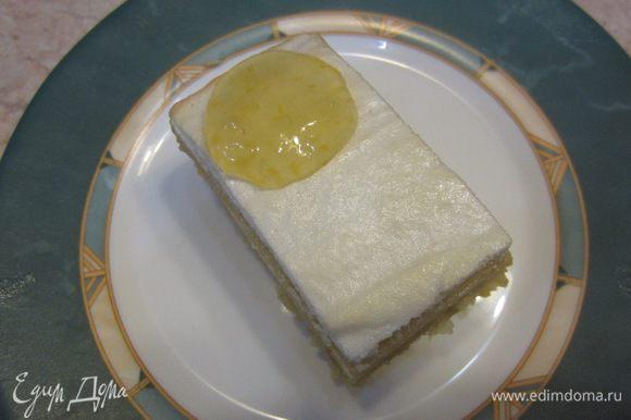 Дайте пирогу полностью остыть. Если у вас осталась начинка, можете ею сверху украсить кусочки пирога.