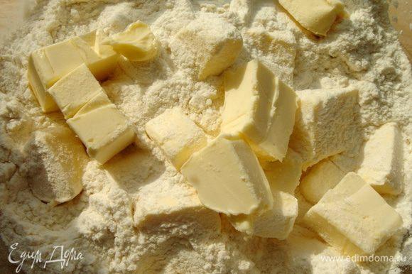 Муку смешать с солью и разрыхлителем.Добавить кубики сливочного масла и порубить ножом до крошки.