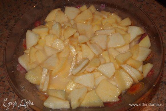 Нарезанные яблоки залить сливочной смесью. Оставить 4 ст.л. смеси для заливки украшения в центре торта.