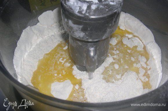 Муку, сахар, ванильный сахар и соль смешиваем, добавить яйца и всё смешать с мукой.