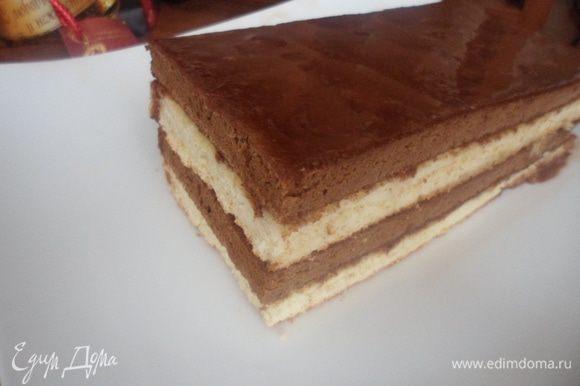 Верх бисквита можно полить шоколадным соусом.