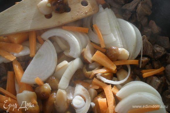 К мясу добавить овощи и грибы, готовить еще 7 минут.