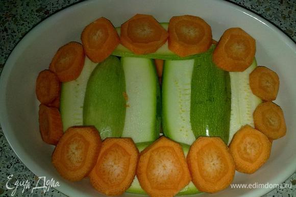 Морковь порезать кружками и выложить поверх кабачка. Немного посолить и сбрызнуть оливковым маслом.