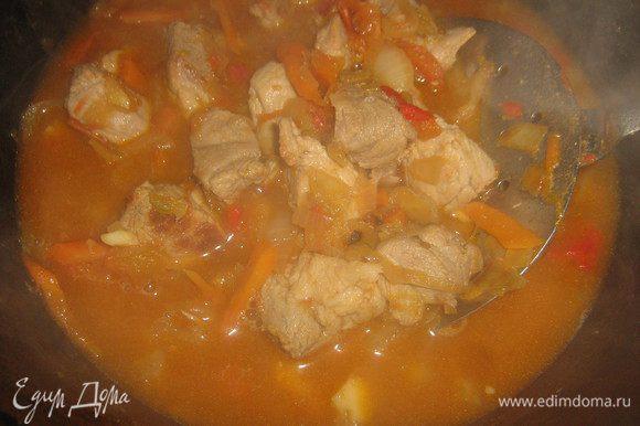 Затем добавить нарезанные на четвертинки помидоры и кетчуп, убавить огонь и тушить минут 10, затем добавить воды (я заливаю крутым кипятком, чтобы вода покрыла мясо и овощи) и готовить около 25-30 минут.