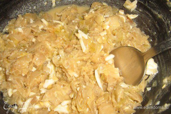 Пока тесто подходит делаем начинку: Капусту нашинковать соломкой,лук нарезать кубиками,В разогретом раст.масле обжарить лук,добавить капусту и тушить помешивая до готовности,посолить,поперчить по вкусу,добавить рубленные варёные яйца,хорошо перемешать.Начинка готова.