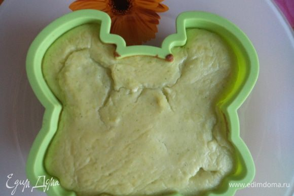 Отделяем белок от желтка. Белок взбиваем отдельно. Желток соединяем с картофельным пюре. Потом вводим аккуратно белок. Все снова перемешали и выкладываем в силиконовую формочку для запекания.