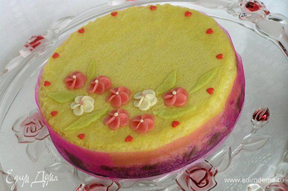 За час до подачи переложить торт в холодильник, украсить по желанию. У меня марципановые цветочки и листья http://www.edimdoma.ru/recipes/39390, а также кондитерская посыпка в виде сердечек.
