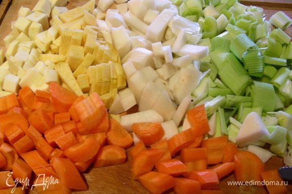 Все овощи режем кубиком.