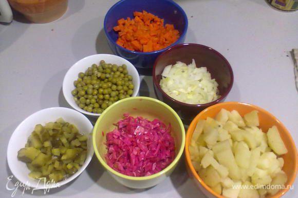 Картошечку и морковочку варим в мундирах. Есть фишка - если горячие,с огня,овощи быстро положить под проточную холодную воду,они будут при нарезке упругие,не рассыпаться,но очень хорошо проготовленные. Так вот- очищенные картофель и морковь режем кубиками,соленые огурчики-тоже,маринован.капусту-квадратиками.В конце добавляем горошек.(не скупитесь)