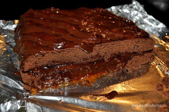 Сладкий шоколад растопить и поверху красиво распределить.Разрезать на кусочки можно до украшения горячим шоколадом или после.