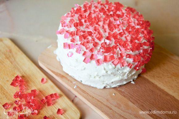 Украсить торт желейными кубиками.