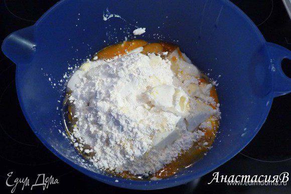 Тем временем смешать для начинки творог, яйца, сахар, соль, ванильный сахар, лимонную цедру и смесь для пудинга до однородного состояния. Абрикосы откинуть на сито, чтоб стек сок. Малину перебрать и промыть.
