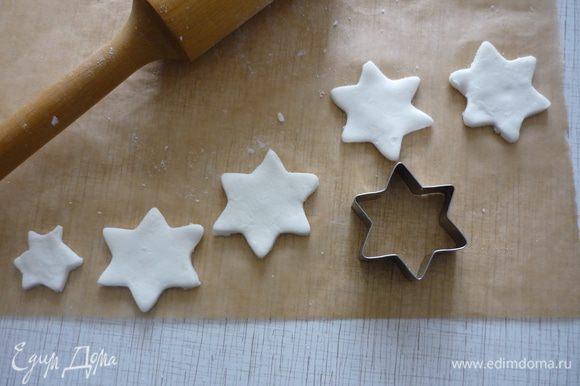 Из оставшейся глазури я вырезала звёздочки для украшения