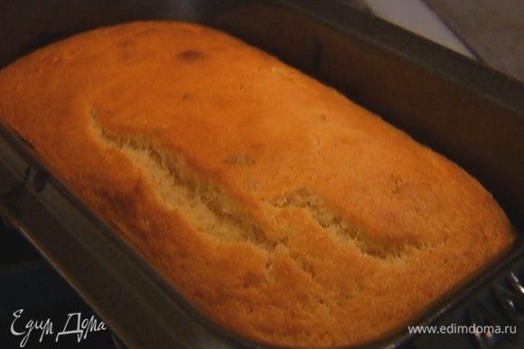 Выложить тесто в форму для выпечки, разровнять и отправить в разогретую духовку на 20–25 минут.