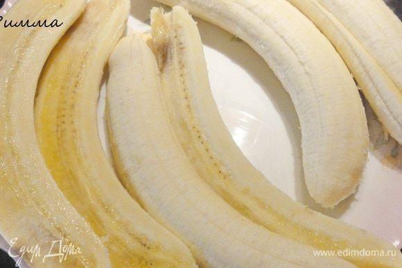 Бананы почистить и разрезать на половинки.