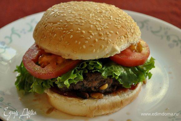 Распределяем:основа булочка ниж.часть,кетчуп,бургер,салат,помидоры,верх.часть булки.
