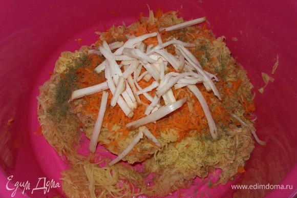 Картофель и морковь мелко натереть (соломкой), добавить соль, перец, зелень и мелко нарезанное сало. Я не люблю, когда картофель натирают как «пюре» и добавляют муку. Вообще везде, где можно обойтись без муки, я стараюсь без нее обходиться;) Хорошо перемешать.