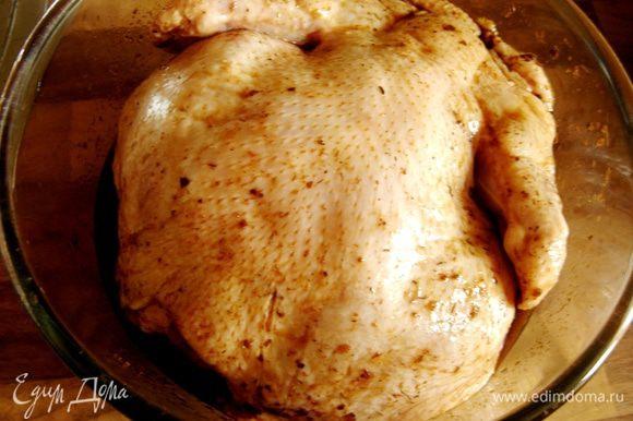 Смешать ингредиенты маринада и смазать им курицу.Оставить её мариноваться на 1-1,5 часа.