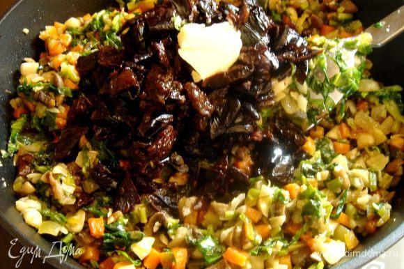 В конце добавить нарезанный чернослив,50 мл вина и сливочное масло.Накрыть сковороду крышкой и тушить около 10 минут.