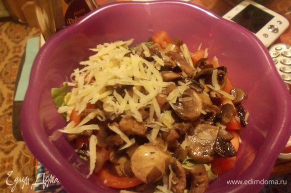 Добавить обжаренные грибы, немного пармезана и заправить бальзамико.