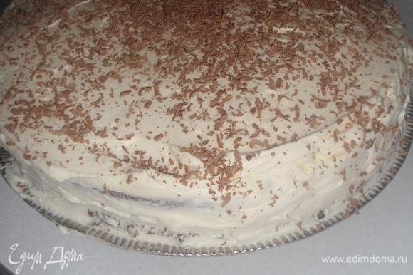 Смазываем верх торта и бока сливочным кремом,посыпаем тёртым шоколадом.(У меня сверху ещё были розы из мастики,я их вам не показываю,так как делала в 1 раз)))