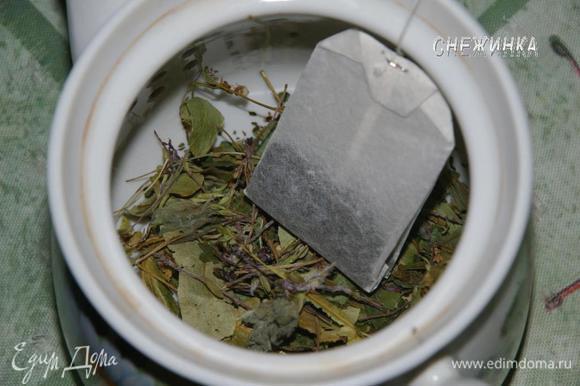 Кладем любимые травки. Обычно у меня это горсточка липы, вишни, немного чабреца и пару листочков мяты. Затем кладем пакетик или 2 ч.л. непакетизированного черного чая.