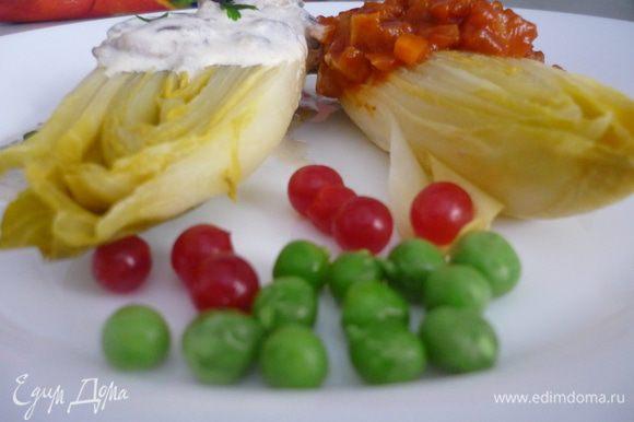 Цикорий выложить на тарелку, на одну половинку - грибной соус, на другую - томатный. Украсить зел.горошком, петрушкой и ягодами калины.