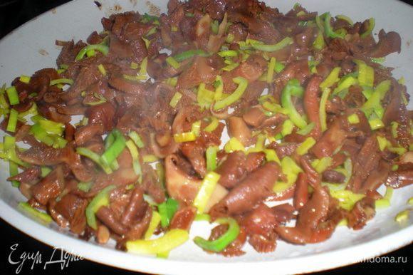 Налить в сковороду с грибами немного масла и выложить туда лук.Обжарить не увлекаясь,только чтобы грибы с лучком подружились.