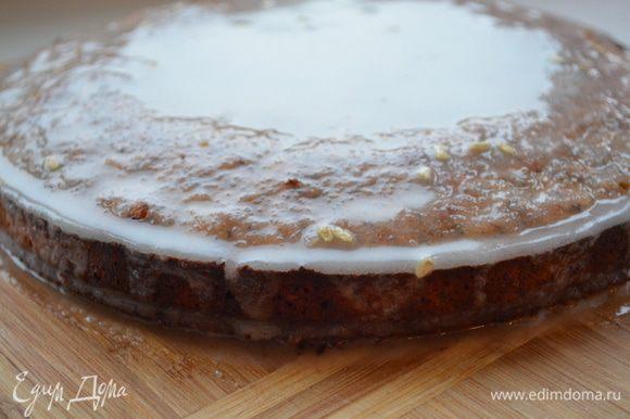 Вылить глазурь на центр пирога и дать ей самой стечь, немного вращая пирог. Густая глазурь растечется по пирогу под собственной тяжестью и будет напоминать капли дождя.