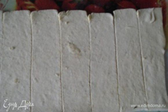 Нарезать тесто полосками шириной по 2,5 см.