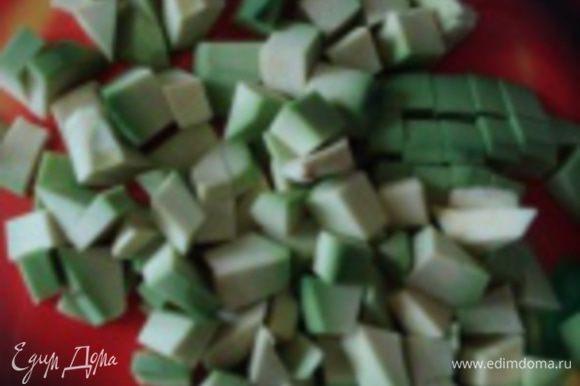 Авокадо очистить от кожуры, удалить косточку и нарезать кубиками.