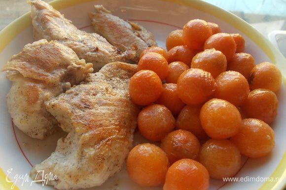 растопить в кастрюле сливочное масло припустить на нем 3 минуты морковь,добавить мед и припустить ещё 3 минуты.моркошка готова.далее прогреть сковороду без масла и обжарить на ней филе(приправить солью) в маринаде,с каждой стороны по 4 минуты.выложить на блюдо и подавать.Приятного аппетита!