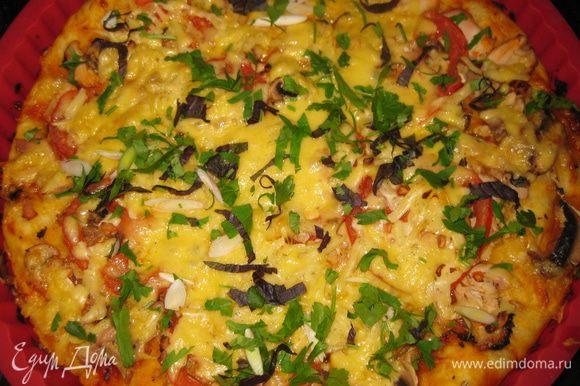 Готовую пиццу посыпаю мелко нарезанной зеленью и молодым чесноком. ПРИЯТНОГО АППЕТИТА!!!!
