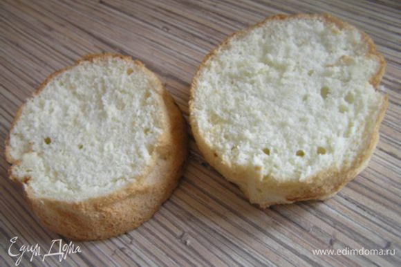 Бисквиты разрезать на 2-3 части,