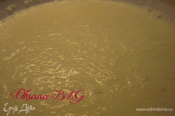 Всю кокосовую стружку залить горячим молоком. оставить на 15-20 минут.