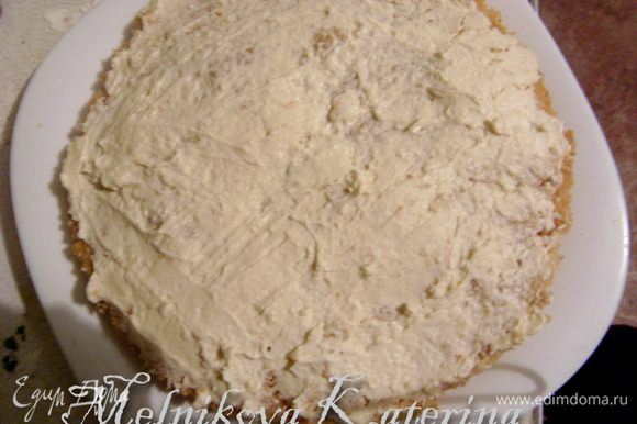 Теперь начинаем сборку. Сперва нужно разрезать бисквит пополам. При желании можно его сбрызнуть ликером для дополнительного аромата (бисквит очень мягкий и мокрый, поэтому в специальной пропитке не нуждается). Смазать бисквитный корж кремом.