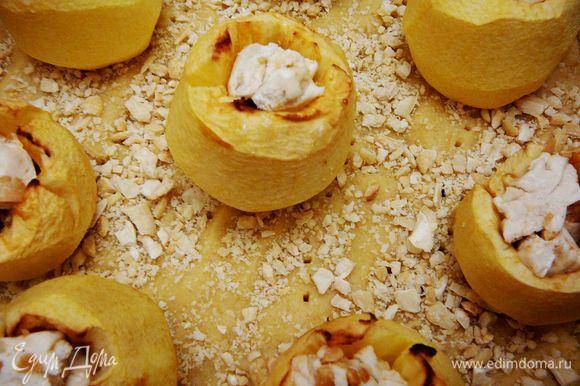 Выложить на тесто печеные яблоки.