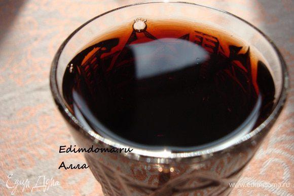 По прошествии указанного времени процеживаем ликер, разливаем по бутылкам и убираем в темное место. Такой ликер хранится довольно долго, но он такой вкусный, что в винном погребке надолго не задержится. Из 2 кг. ягод получается примерно 2 - 2,5 л. ликера.