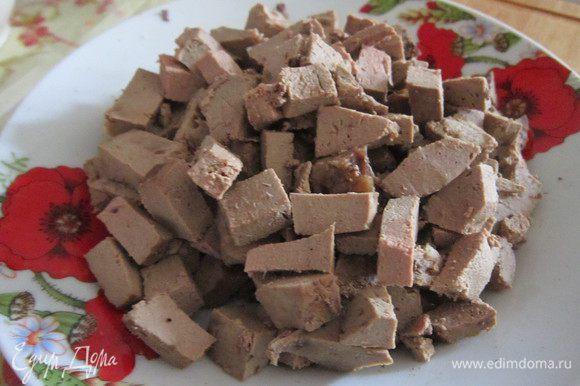 Печень остудить и нарезать на маленькие кусочки.