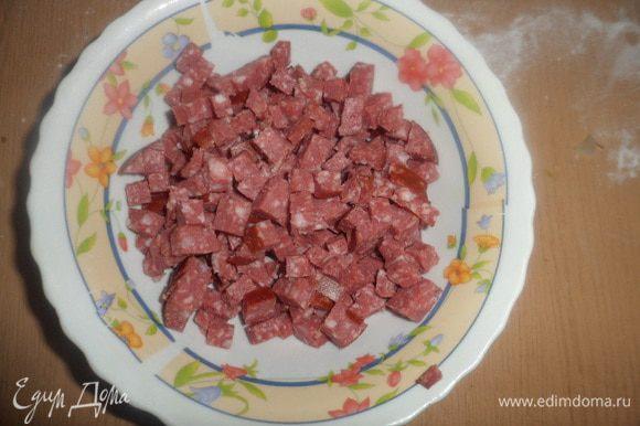 Нарезать мелко колбасу (ветчину)