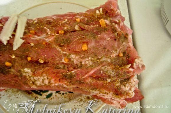 Обсыпать/натереть солью и черным молотым перцем всю поверхность мяса.