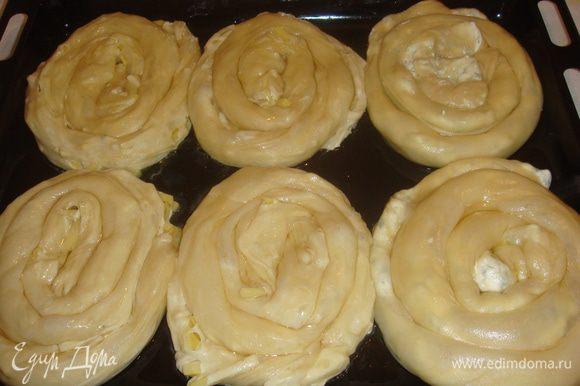 Противень смазываем маслом, выкладываем наши пироги. Выпекаем в ранее разогретой духовке 30-40 минут. Приятного аппетита!