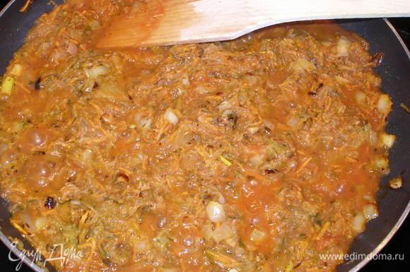 Морковь натереть на терке, лук измельчить и пассеровать их на растительном масле минуты 3-4. Добавить тертые огурцы и томатную пасту. Держать на огне еще минут 10.
