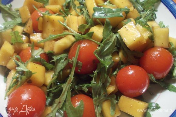 Добавить черри, посолить, поперчить, сбрызнуть бальзамиком и заправить хорошим оливковым маслом, перемешать. Приятного аппетита.