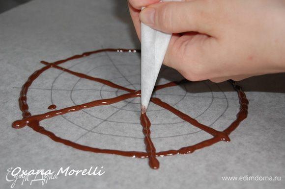 Украшение можно сделать по желанию или как в книге у Селезнева украсить глазурью.Для этого берем 100г шоколада и 1 столовую лож.растительного масла.Растопить шоколад и соеденить с маслом,равномерно распределить по верху торта.Дать застыть.