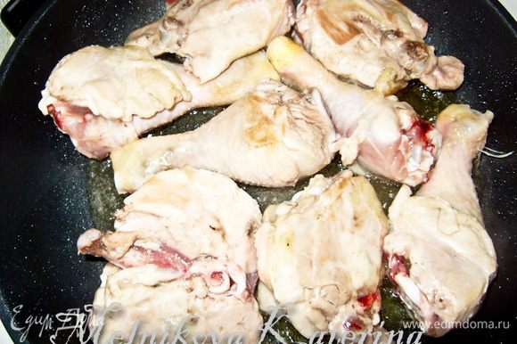 Куриные окорочка разрезать, отделить голень от бедра. На растительном масле обжарить по 2 минуты с каждой стороны. Выложить на тарелку.