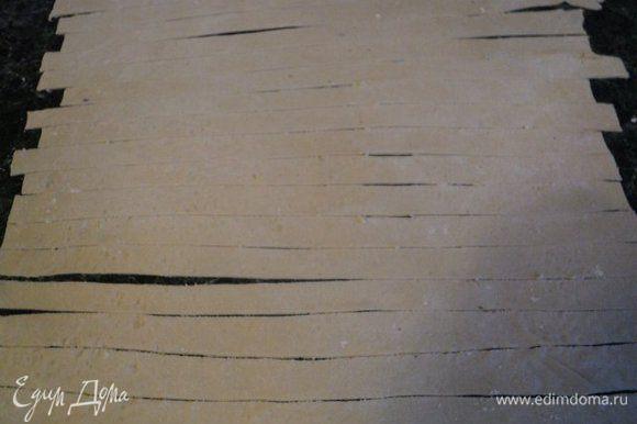 Тесто тонко раскатать (до прозрачности), нарезать полосками шириной 1-1.5см, длиной приблизительно 20-25см.