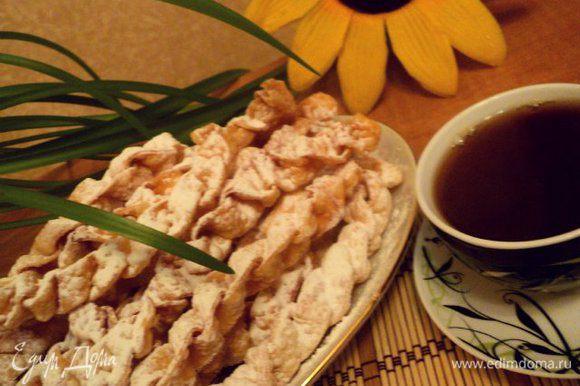Остывшие хрустики хорошо посыпать сахарной пудрой и можно подавать. Приятного аппетита!