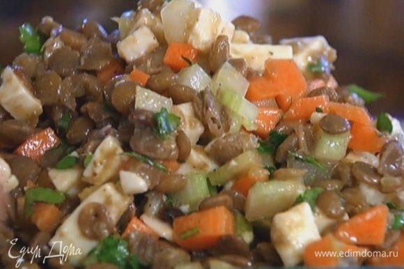 Соединить чечевицу, сыр, овощи и петрушку, полить все заправкой и перемешать.