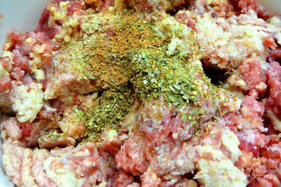 """Батон замочить в молоке.Мясо перекрутить на мясорубке,пармезан и """"Российский""""так же перекрутить на мясорубке,добавить зубчик чеснока и замоченный хлеб,все перекрутить,посолить,поперчить,добавить специи.Солить аккуратно,так как """"Брынза""""тоже соленовата."""